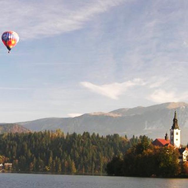polet z balonom funturist nad blejskim jezerop na bledu