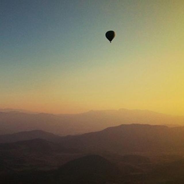 polet z balonom funturist na sončni zahod