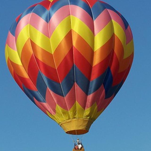 polet z balonom funturist na jasen dan na modrem nebu