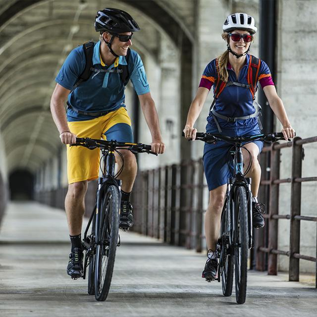 slika dveh kolesarjev na mostu
