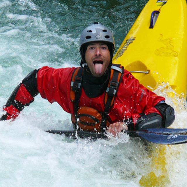 adrenalisnki spust po reki z kajakom
